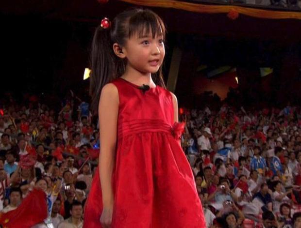Sao nhí hát nhép tại Olympic Bắc Kinh 2008: Từ niềm tự hào trở thành tội đồ sau 1 đêm, dính loạt bê bối người lớn và bị 2 trường Đại học từ chối - ảnh 2