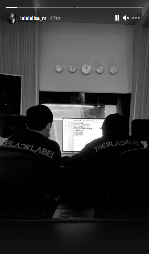 HOT: Chính chủ Lisa (BLACKPINK) tiết lộ hình ảnh trong phòng thu, bật mí luôn tên bài debut solo qua dòng chữ bí ẩn? - ảnh 1