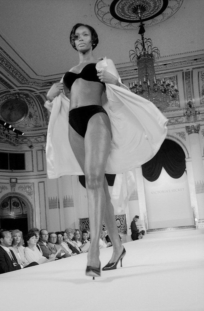 Victorias Secret những ngày đầu tiên: Áo quần gây sốc từ thập niên 90, tiêu chuẩn người mẫu trước drama body shaming thế nào? - Ảnh 1.