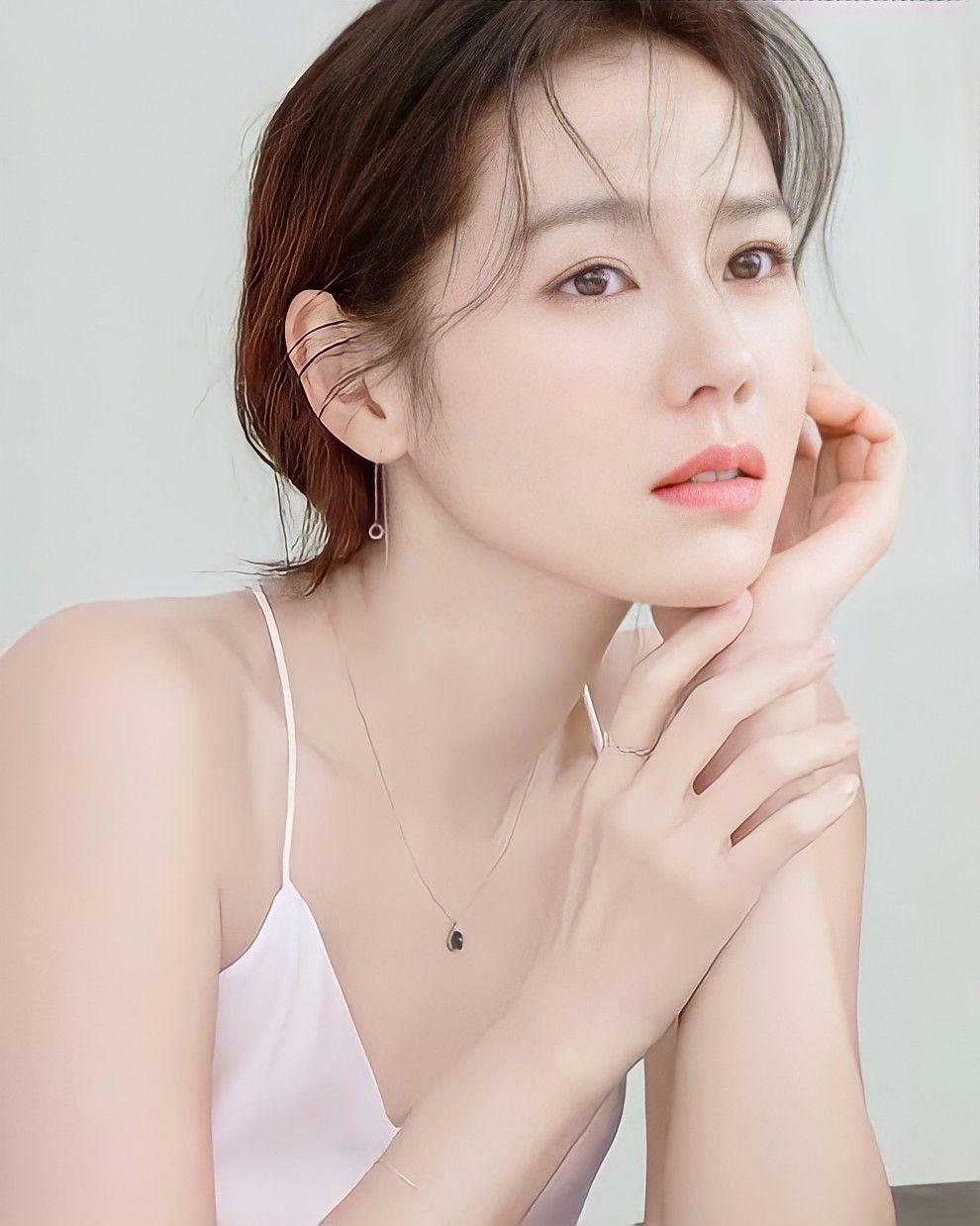 8 mỹ nhân hack tuổi thần sầu của phim Hàn: Son Ye Jin trẻ mãi không già, Jang Nara như ăn thịt Đường Tăng - Ảnh 2.