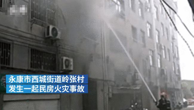 """Tòa nhà có cháy, bà mẹ nhanh nhẹn ôm con trai chạy thoát thân an toàn, không ngờ lại bị dư luận """"ném đá"""" kịch liệt vì một hành vi khó hiểu - ảnh 1"""