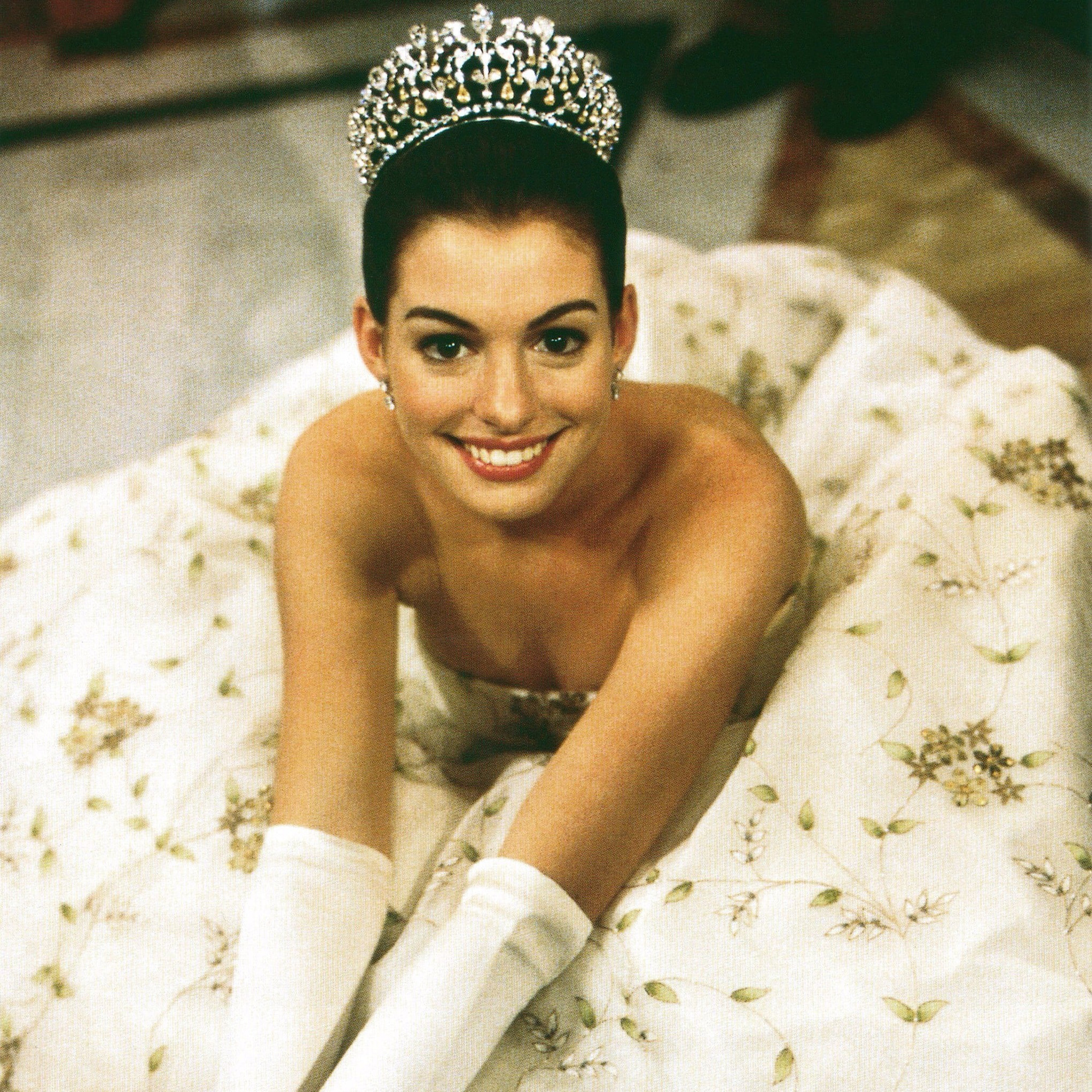 Fascinated by the image of the giant busty goddess Anne Hathaway who transforms into a princess: The beauty of a Hollywood treasure, a royal aura that is hard to match - Photo 2.