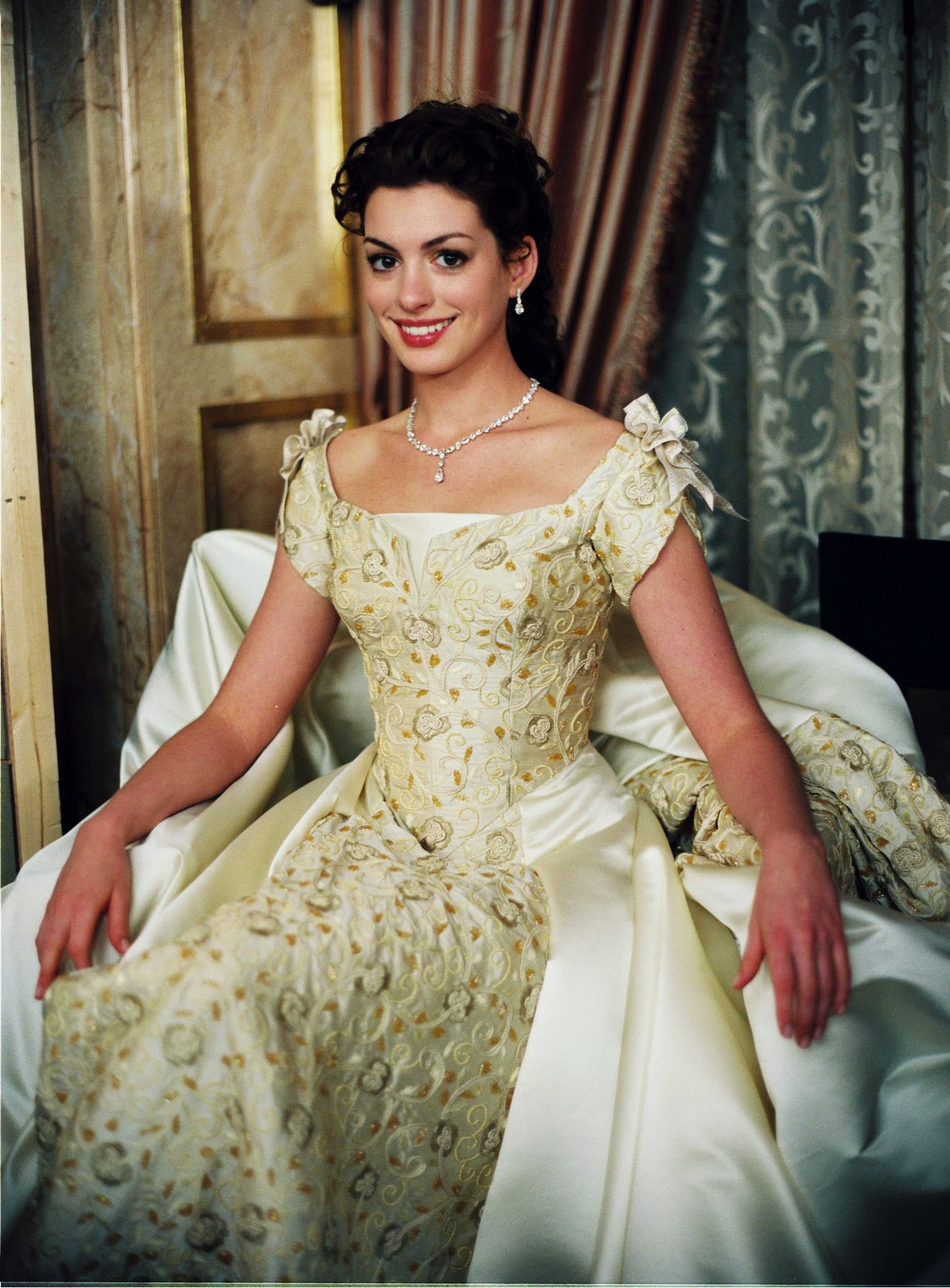 Fascinated by the image of the enormously busty goddess Anne Hathaway who transforms into a princess: The beauty of a Hollywood treasure, a royal aura that is hard to match - Photo 5.