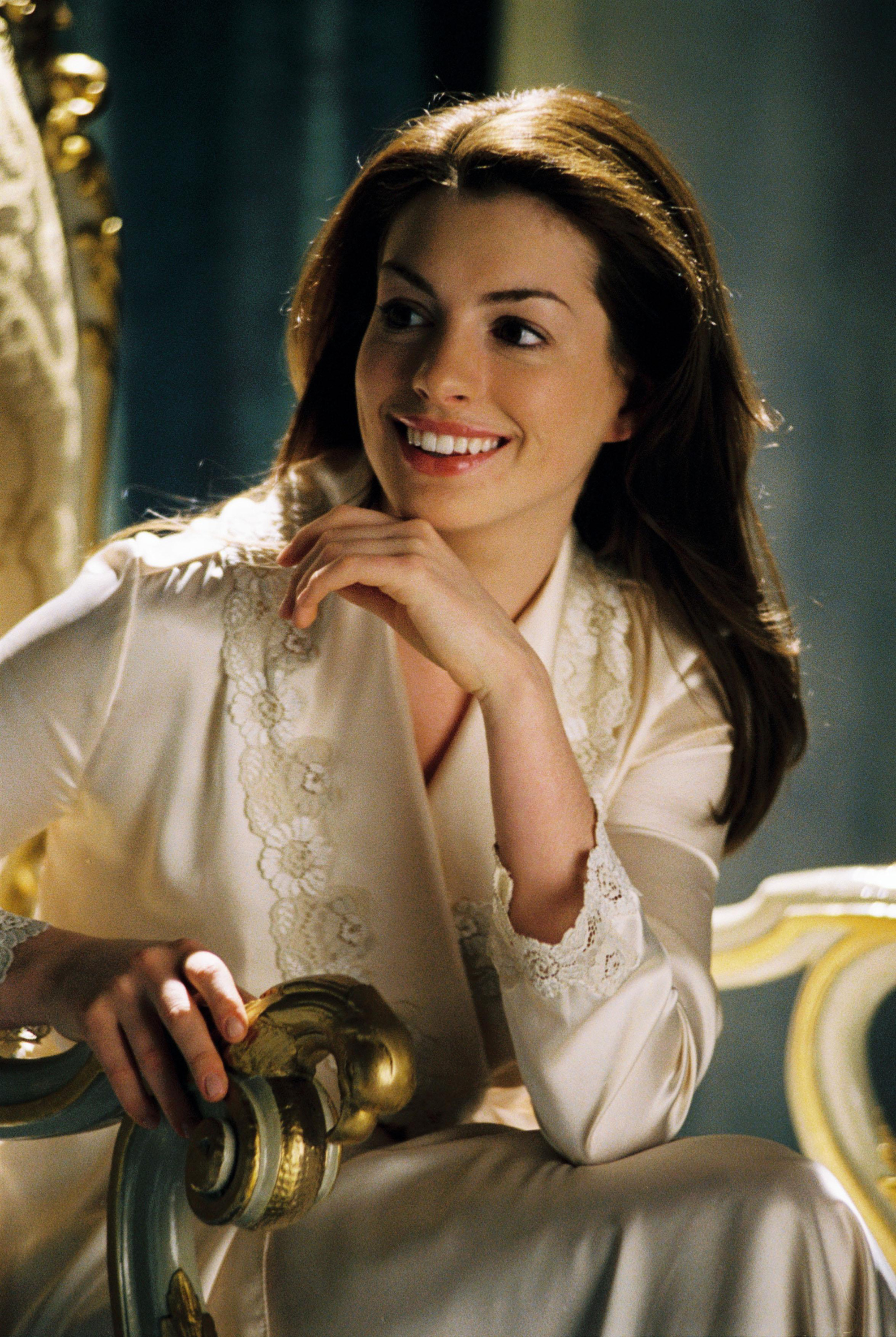 Fascinated by the image of the giant busty goddess Anne Hathaway changing a princess: The beauty of a Hollywood treasure, a royal aura that is ill-suited - Photo 7.