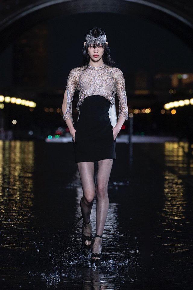 Vì sao người mẫu quốc tế luôn thả rông khi trình diễn trên sàn diễn thời trang? - ảnh 5