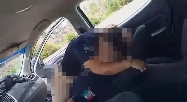 Hai sĩ quan cảnh sát còng tay nhau rồi mây mưa trong xe công vụ, bị người đi đường ghi hình lại mà không hay biết - ảnh 1