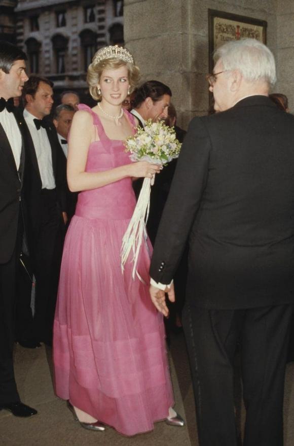 Điểm lại 7 bộ váy hè kiều diễm, thanh lịch nhất của công nương Diana do chính Vogue bình chọn - Ảnh 1.