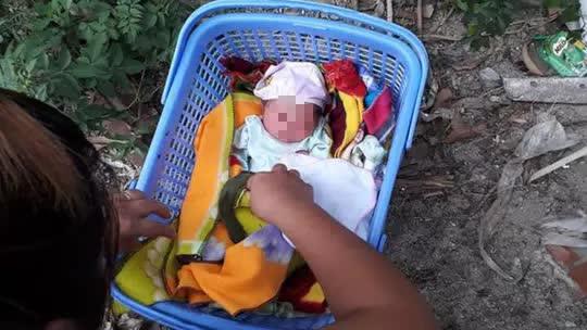 Bé gái 2 ngày tuổi bị bỏ rơi dưới gốc cây xoài - Ảnh 1.