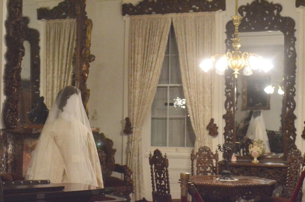 Bạn nghĩ chiếc váy cưới luôn là hình ảnh thuần khiết? Vậy trùm chăn lên mà đọc truyện rùng rợn này đi! - Ảnh 6.