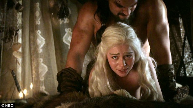 Nam thần Game of Thrones bị chất vấn vì cảnh hiếp dâm gây sốc năm nào, có động thái phản pháo ngay lập tức trước câu hỏi vô duyên - Ảnh 3.