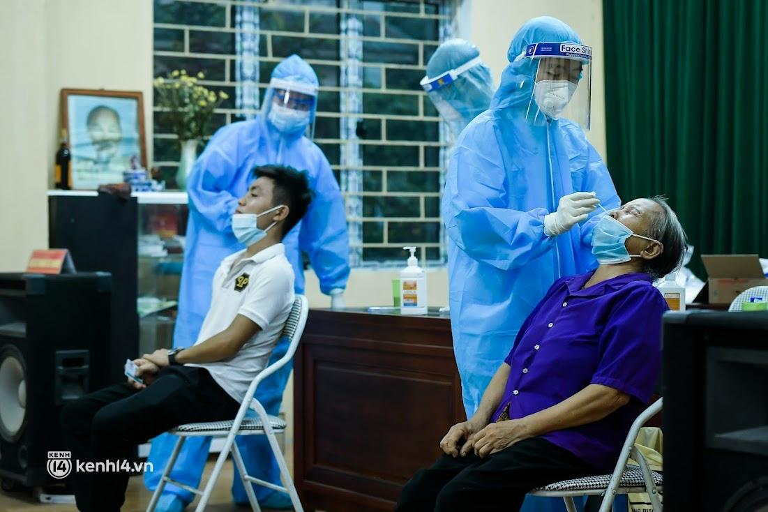 Ảnh: Khẩn trương xét nghiệm hơn 9.000 dân sau khi phát hiện 5 ca mắc Covid-19 ở ngoại thành Hà Nội - Ảnh 8.