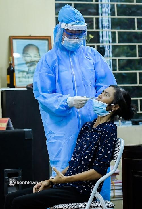 Ảnh: Khẩn trương xét nghiệm hơn 9.000 dân sau khi phát hiện 5 ca mắc Covid-19 ở ngoại thành Hà Nội - Ảnh 9.