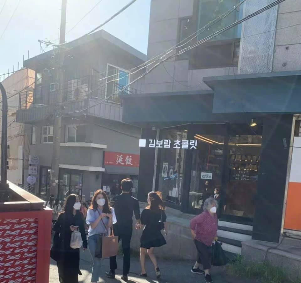 HOT: Lần đầu tiên có idol đình đám Kpop công khai nắm tay bạn gái, tình tứ hẹn hò ngay giữa phố phường - Ảnh 3.