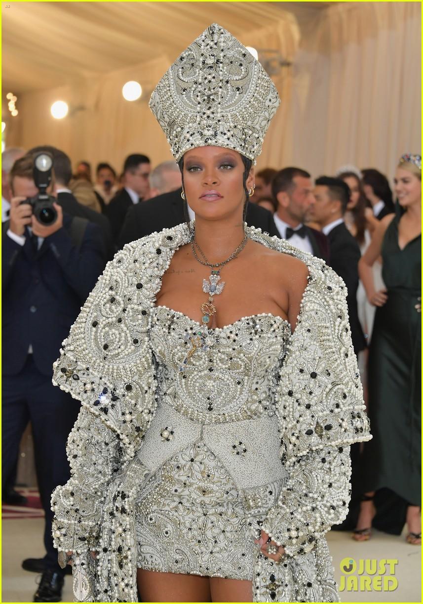 Nữ hoàng thảm đỏ Met Gala: Rihanna - Lady Gaga thi nhau combo độc - dị - lố, choáng nhất là Cardi B phô diễn body với bộ đồ 11 tỷ - Ảnh 2.