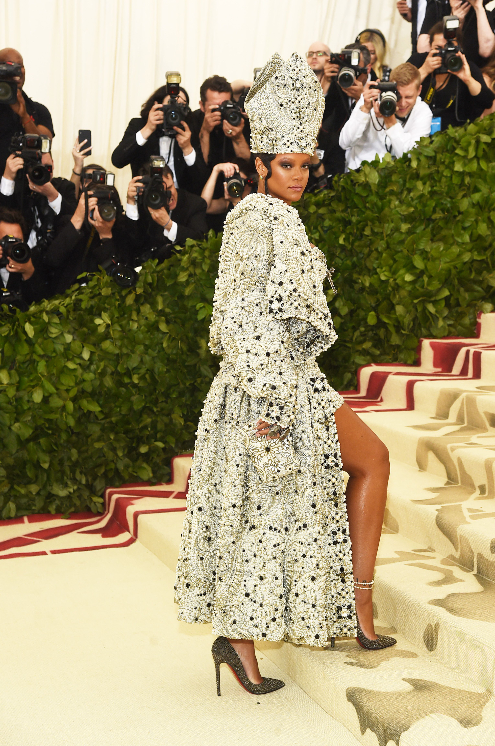 Nữ hoàng thảm đỏ Met Gala: Rihanna - Lady Gaga thi nhau combo độc - dị - lố, choáng nhất là Cardi B phô diễn body với bộ đồ 11 tỷ - Ảnh 4.