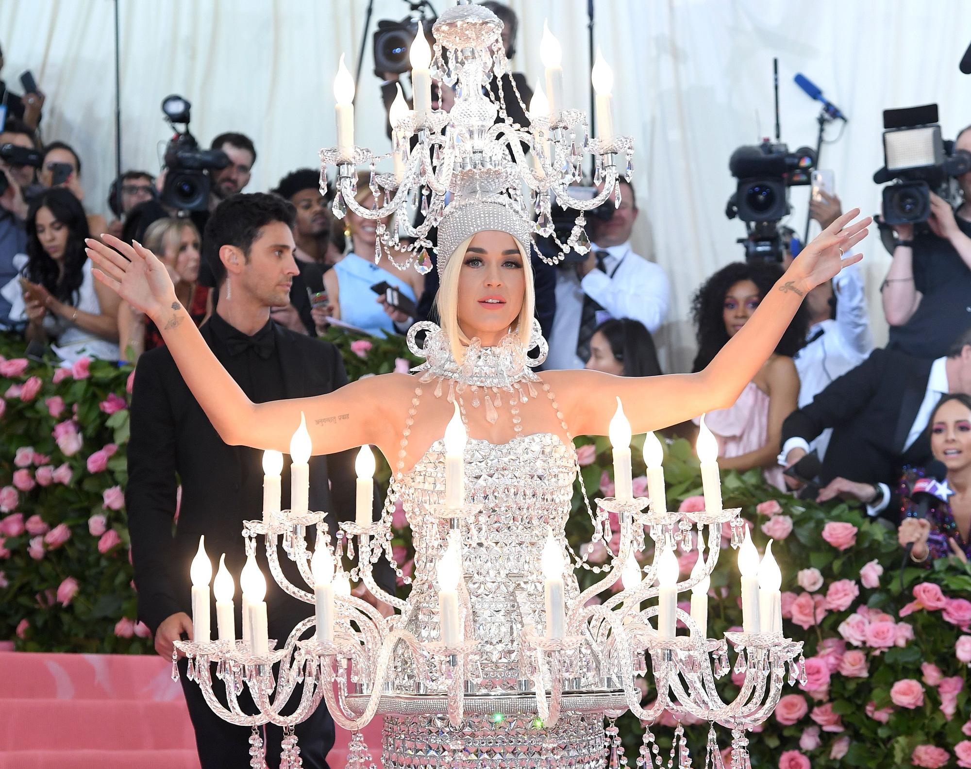 Nữ hoàng thảm đỏ Met Gala: Rihanna - Lady Gaga thi nhau combo độc - dị - lố, choáng nhất là Cardi B phô diễn body với bộ đồ 11 tỷ - Ảnh 25.
