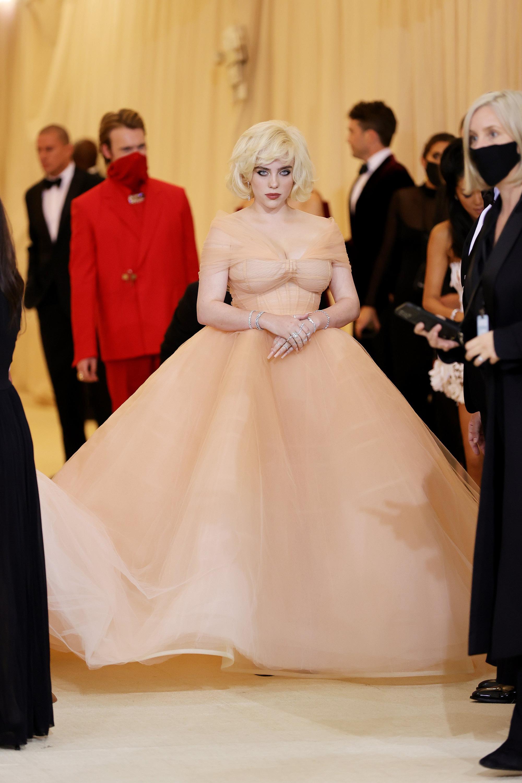 Billie Eilish gây sốt với màn lột xác ở tiệc hậu Met Gala: Váy đỏ rực tôn vòng 1 chực trào, mất máu hơn vì chi tiết ở đùi - Ảnh 7.