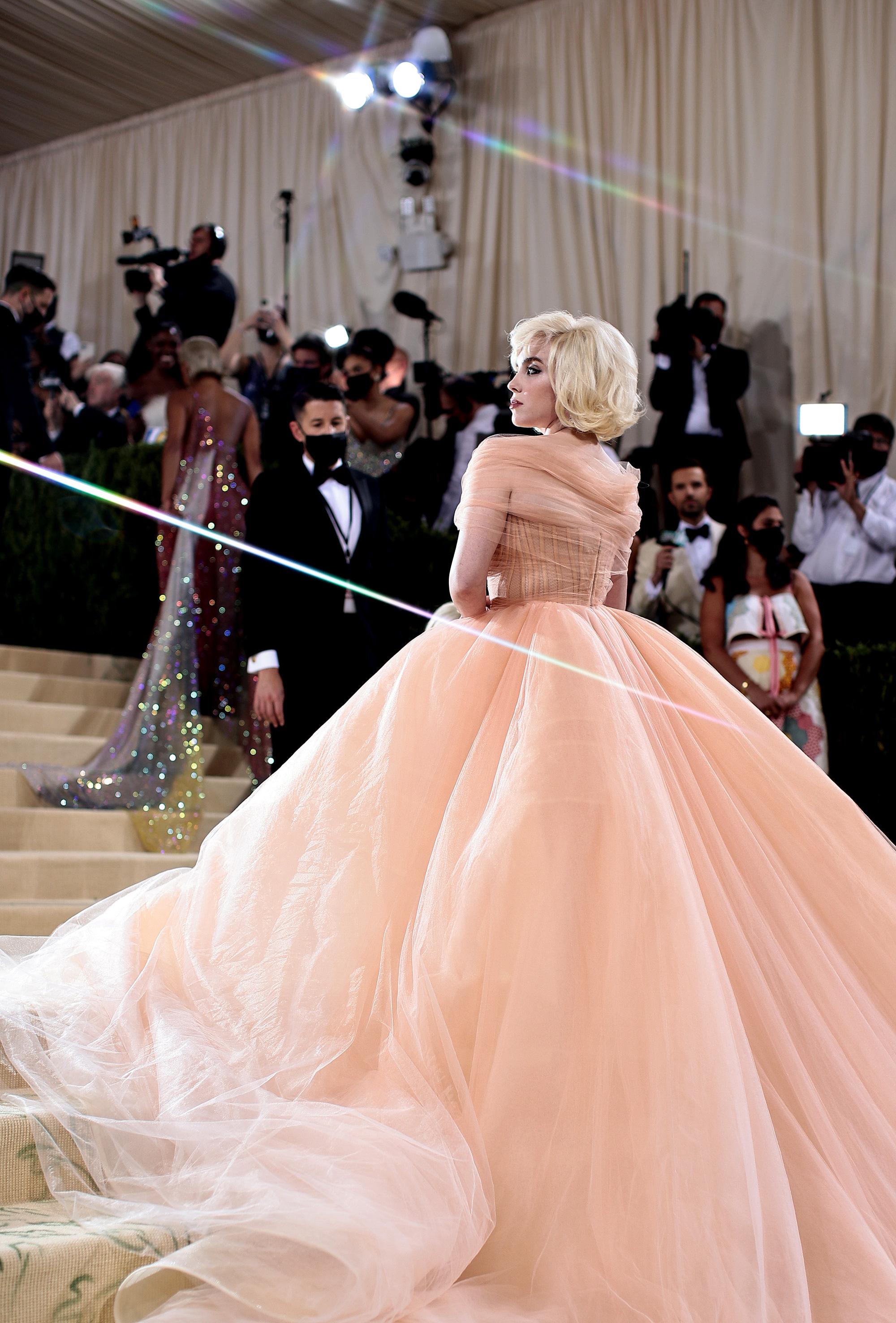 Billie Eilish gây sốt với màn lột xác ở tiệc hậu Met Gala: Váy đỏ rực tôn vòng 1 chực trào, mất máu hơn vì chi tiết ở đùi - Ảnh 10.