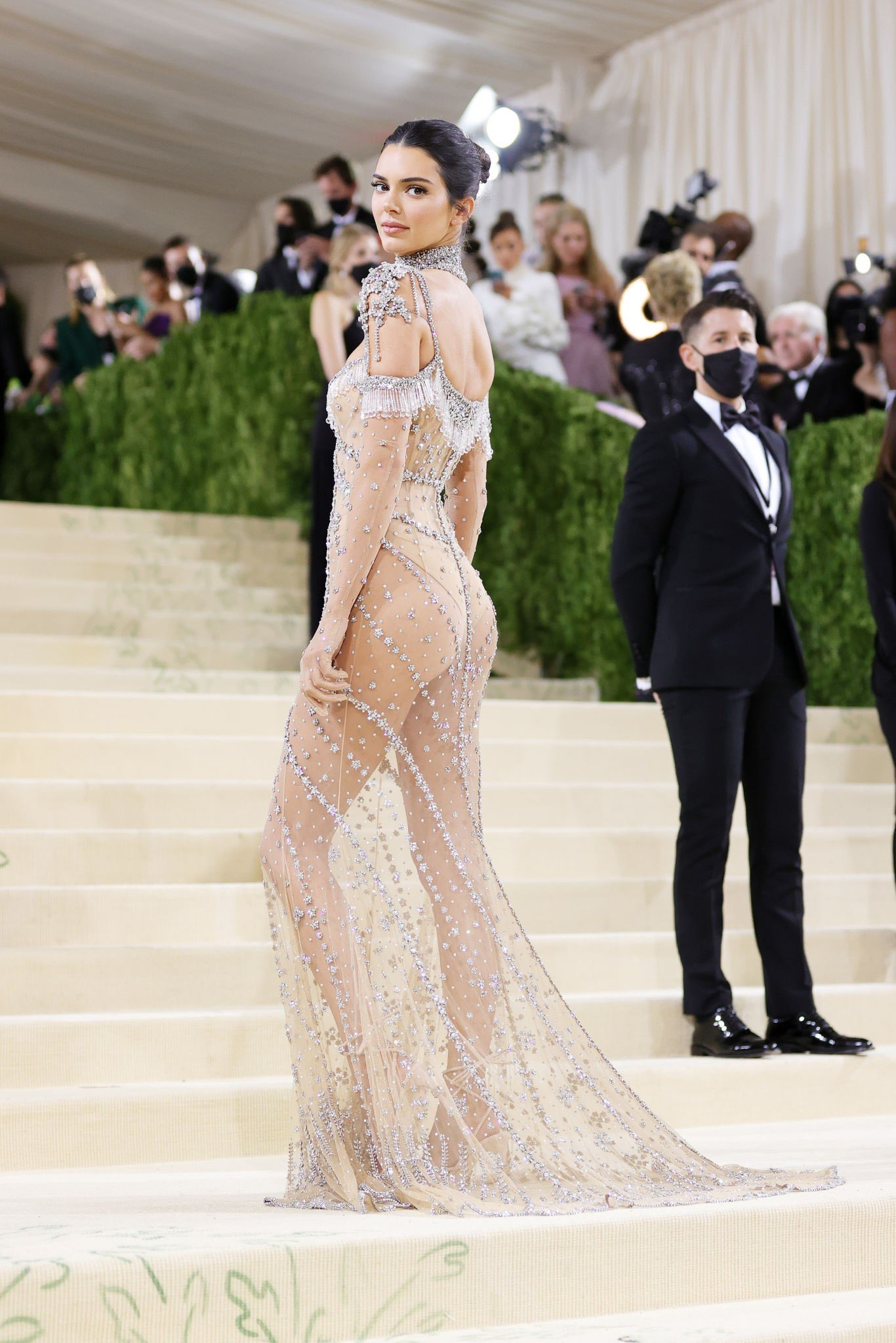 Chị em Kardashian chặt chém Met Gala: Nữ thần Kendall Jenner đẹp nghẹt thở, kéo sang Kim mà phải thốt lên Ối trời ơi! - Ảnh 8.