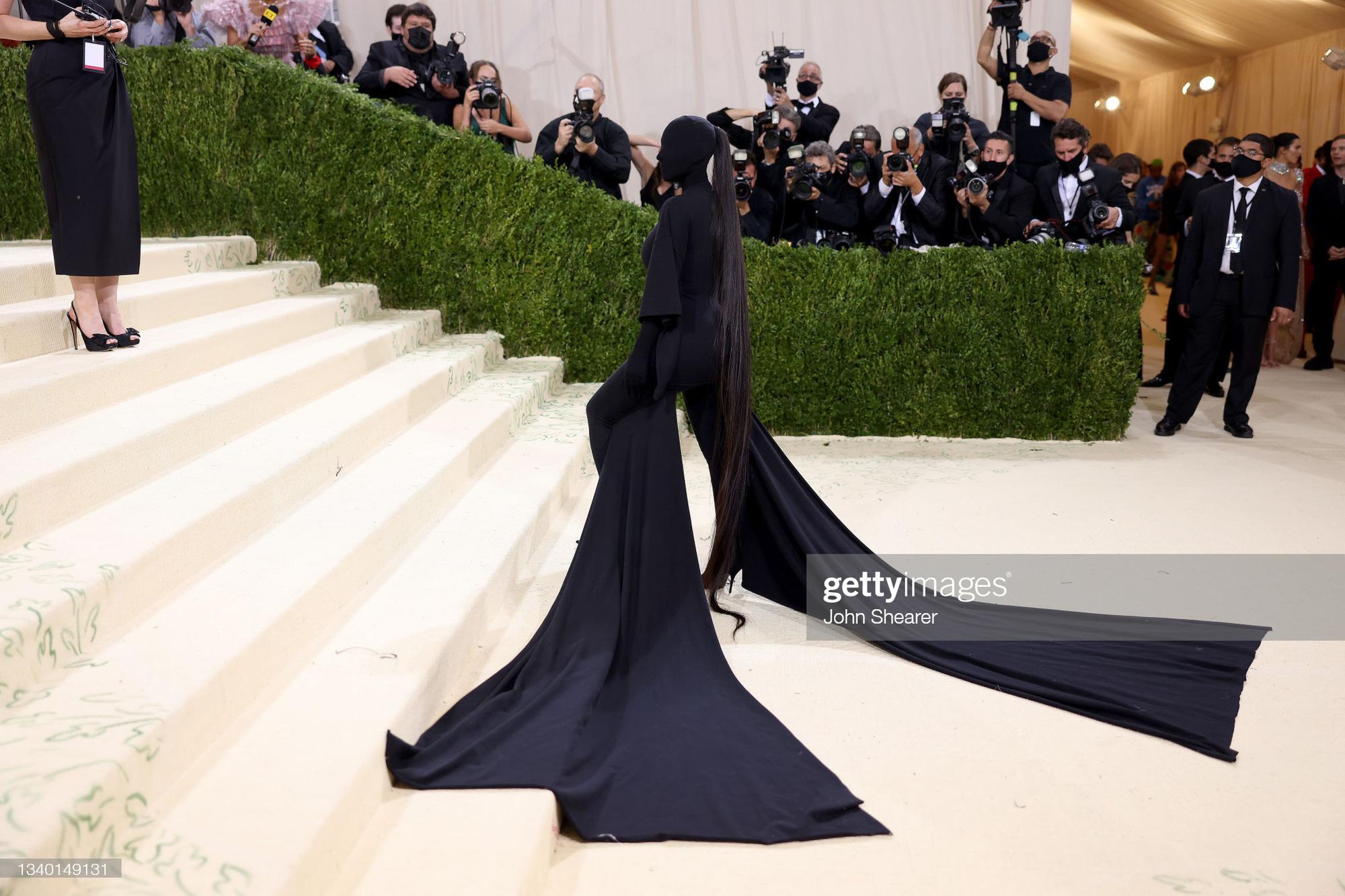 Chị em Kardashian chặt chém Met Gala: Nữ thần Kendall Jenner đẹp nghẹt thở, kéo sang Kim mà phải thốt lên Ối trời ơi! - Ảnh 13.