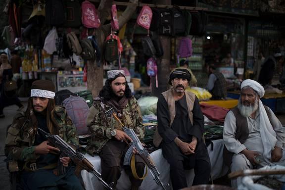 Bộ đồ kỳ lạ của phụ nữ Afghanistan: Phải bịt kín mắt để đi học, lo ngại lớn về lời hứa công bằng với phụ nữ của Taliban - ảnh 5