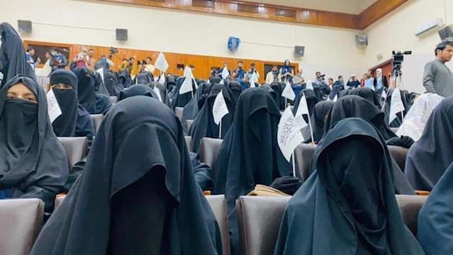 Bộ đồ kỳ lạ của phụ nữ Afghanistan: Phải bịt kín mắt để đi học, lo ngại lớn về lời hứa công bằng với phụ nữ của Taliban - ảnh 4