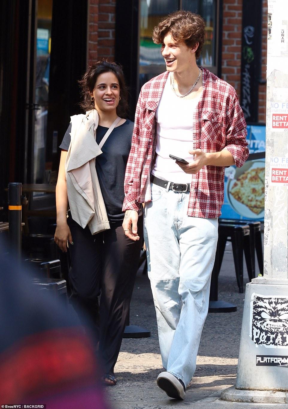 Shawn - Camila phát cẩu lương công khai: Nàng bật khóc tại quán ăn, chàng có cử chỉ ngọt ngào tan chảy gây sốt MXH - Ảnh 7.