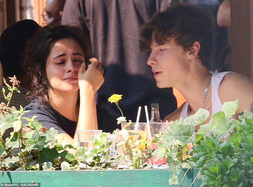 Shawn - Camila phát cẩu lương công khai: Nàng bật khóc tại quán ăn, chàng có cử chỉ ngọt ngào tan chảy gây sốt MXH - Ảnh 4.