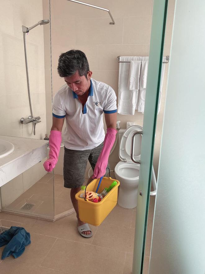 Lương Bằng Quang tự so sánh ảnh trước và sau khi làm nhân viên dọn vệ sinh, tiết lộ đang bị nhiều người xa cách - Ảnh 4.