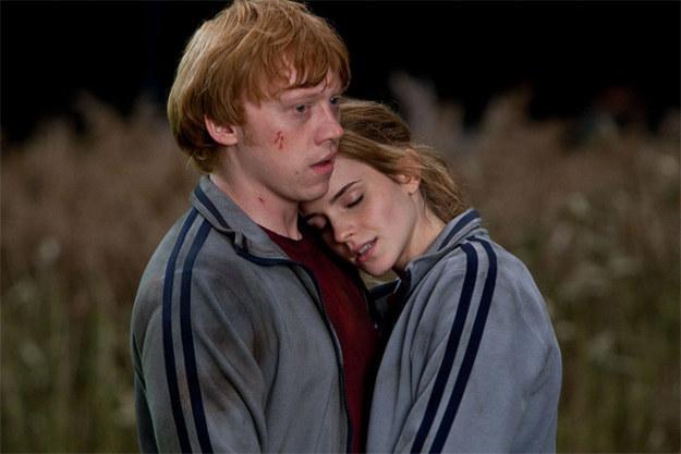 Cặp đôi Ron - Hermione vốn đã có cảnh ngọt lịm như thế này mà NSX Harry Potter lại cắt bỏ, lúc bị chê nhạt thì đừng có chối! - Ảnh 1.