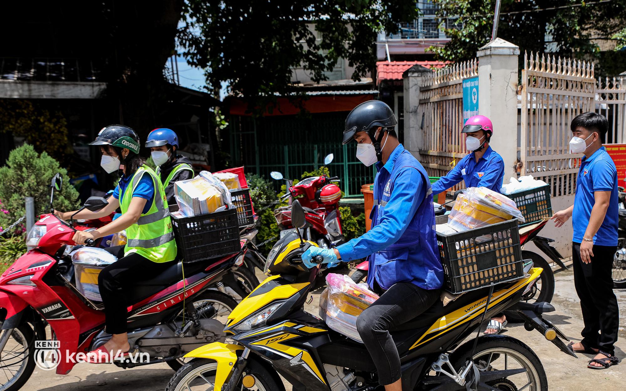 Ảnh, clip: Đội shipper tình nguyện len lỏi vào từng con hẻm, giao sách miễn phí đến tận tay học sinh ở TP.HCM