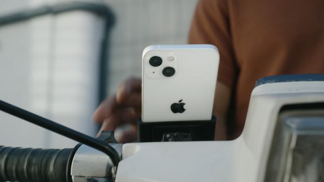Apple quay xe: Hôm trước vừa khuyến cáo người dùng không nên gắn iPhone lên xe máy, hôm sau đã tung quảng cáo iPhone 13... được gắn lên xe máy - ảnh 1
