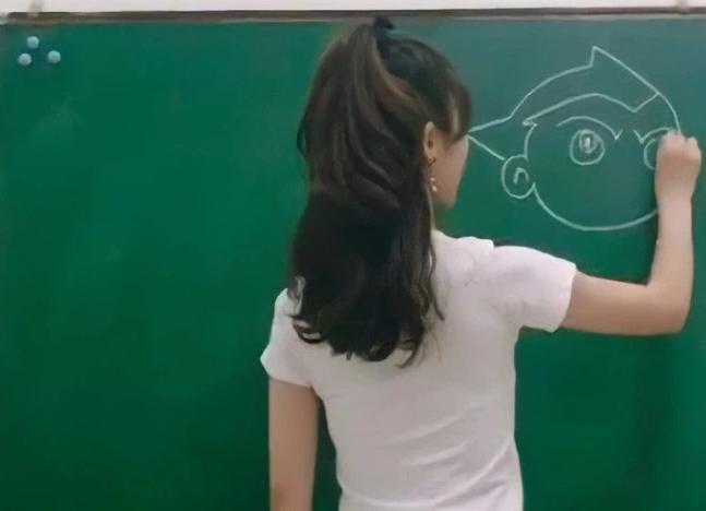 Cô giáo xinh như hotgirl đang giảng bài, nhưng ai cũng sốc nặng khi nhìn xuống chiếc quần cô đang mặc - ảnh 1