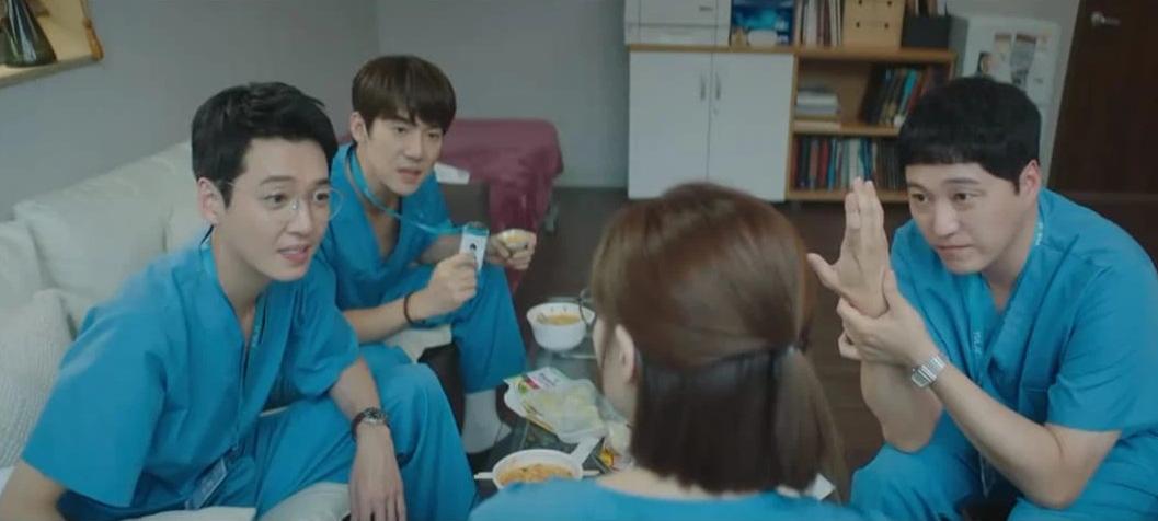 Hospital Playlist 2 TẬP CUỐI kết thúc viên mãn mà dang dở: Ik Jun - Song Hwa yêu nhau tới bến, đôi Bồ Câu vẫn mập mờ? - Ảnh 2.
