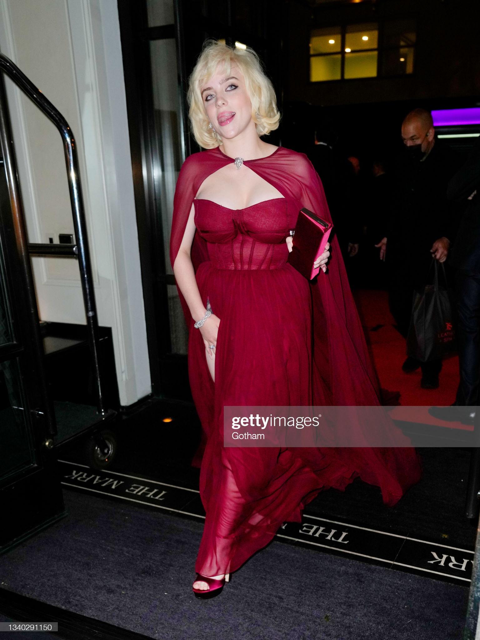 Billie Eilish gây sốt với màn lột xác ở tiệc hậu Met Gala: Váy đỏ rực tôn vòng 1 chực trào, mất máu hơn vì chi tiết ở đùi - Ảnh 3.