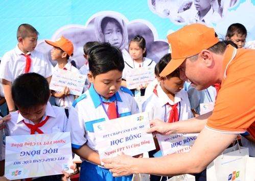 Trước quyết định xây trường nuôi dạy 1.000 em nhỏ mồ côi do Covid-19, Chủ tịch FPT cùng tập đoàn đã có những cống hiến thầm lặng cho cộng đồng suốt nhiều năm qua - ảnh 3