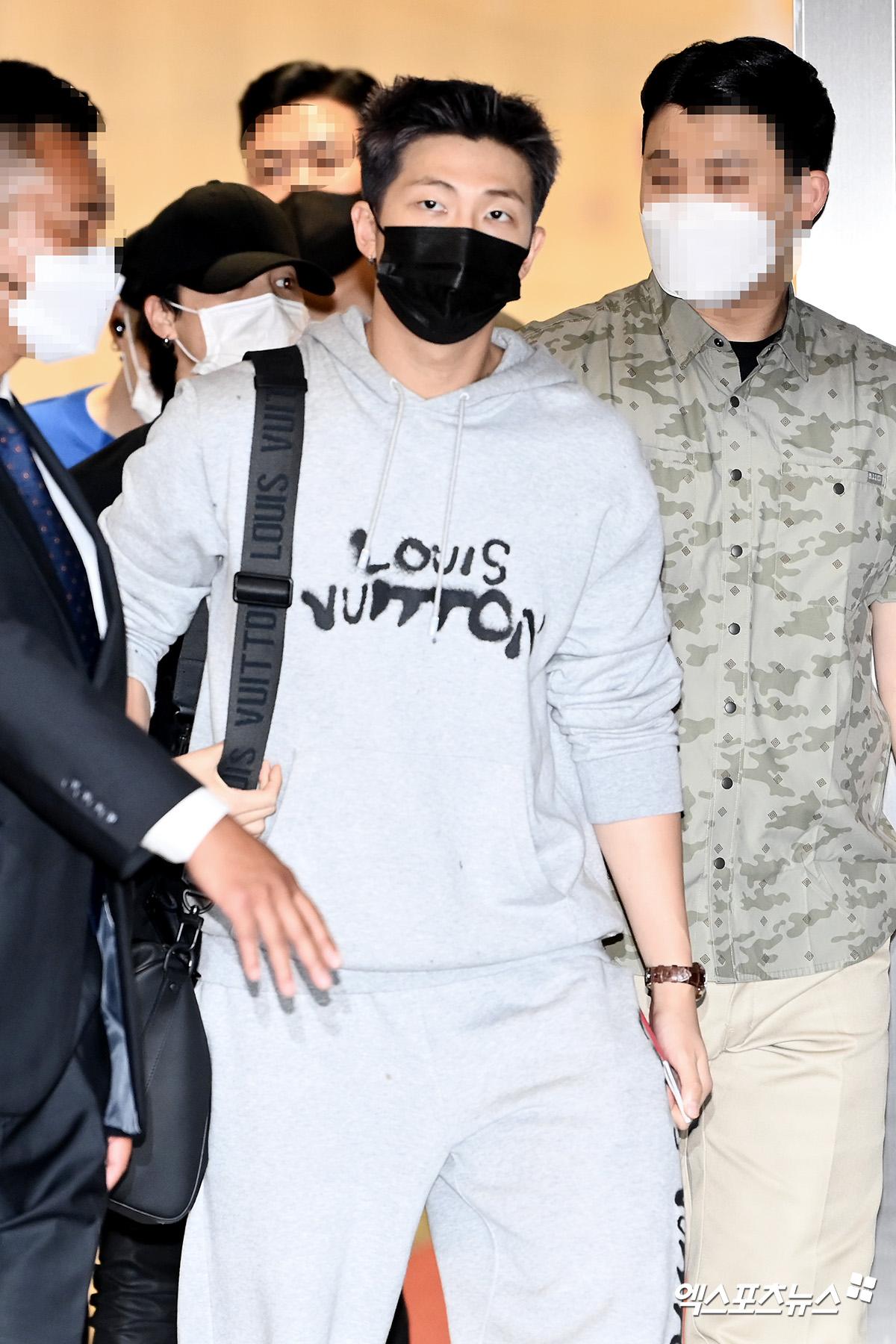 BTS đổ bộ sân bay sang Mỹ dự hội nghị Liên Hợp Quốc: V - Jungkook đeo khẩu trang kín mít vẫn soái xỉu, nhìn quần áo của J-Hope mà bật ngửa - Ảnh 11.