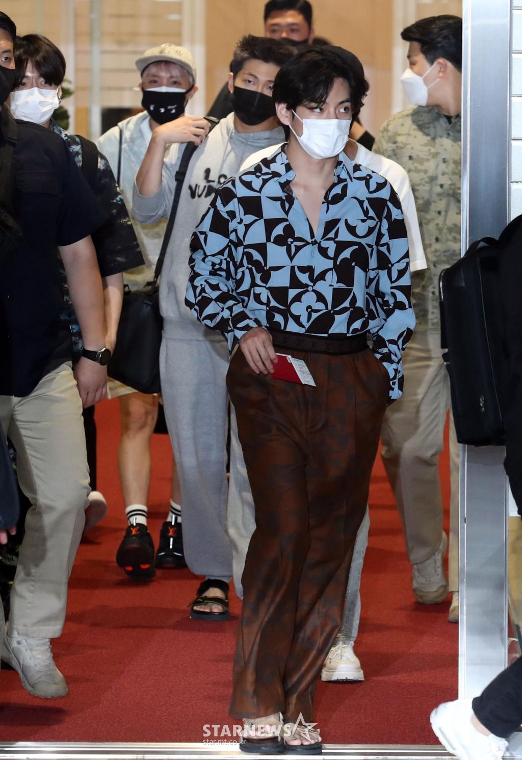 BTS đổ bộ sân bay sang Mỹ dự hội nghị Liên Hợp Quốc: V - Jungkook đeo khẩu trang kín mít vẫn soái xỉu, nhìn quần áo của J-Hope mà bật ngửa - Ảnh 2.