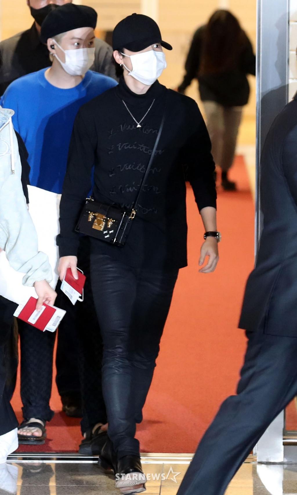 BTS đổ bộ sân bay sang Mỹ dự hội nghị Liên Hợp Quốc: V - Jungkook đeo khẩu trang kín mít vẫn soái xỉu, nhìn quần áo của J-Hope mà bật ngửa - Ảnh 9.