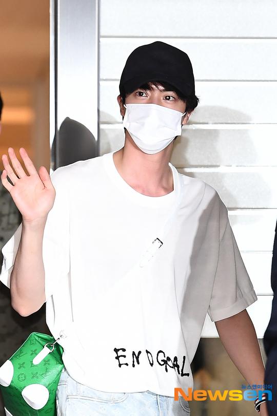 BTS đổ bộ sân bay sang Mỹ dự hội nghị Liên Hợp Quốc: V - Jungkook đeo khẩu trang kín mít vẫn soái xỉu, nhìn quần áo của J-Hope mà bật ngửa - Ảnh 12.