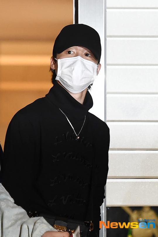 BTS đổ bộ sân bay sang Mỹ dự hội nghị Liên Hợp Quốc: V - Jungkook đeo khẩu trang kín mít vẫn soái xỉu, nhìn quần áo của J-Hope mà bật ngửa - Ảnh 10.