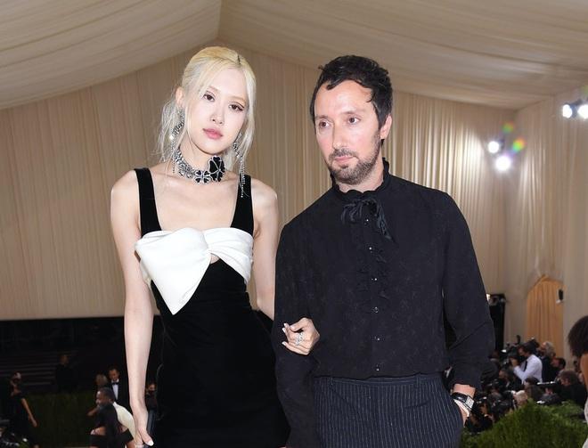 Vogue tung clip Rosé tại hậu trường Met Gala, không quên dành hẳn một bài viết khen tới tấp! - ảnh 4