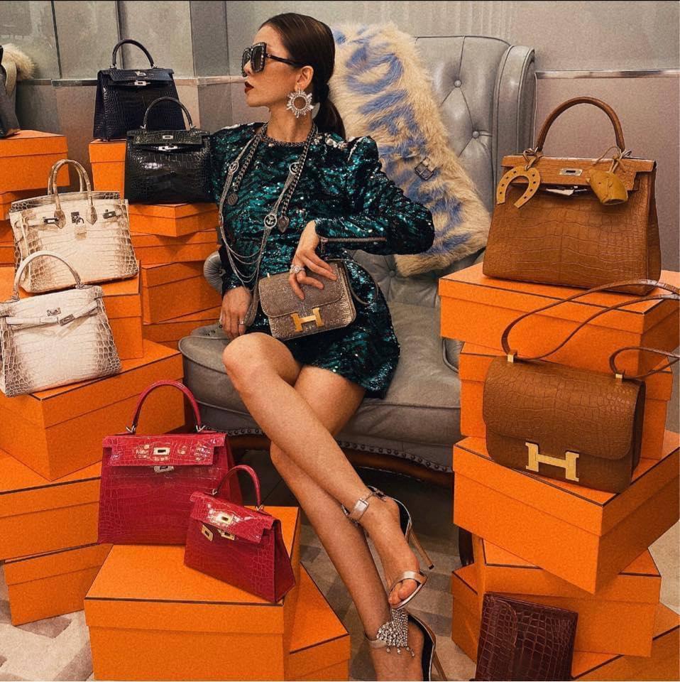 Lệ Quyên 1 mình ngồi giữa 10 chiếc túi Hermès, bộ đôi cá sấu bạch tạng siêu hiếm giá chục tỷ chiếm spotlight - Ảnh 2.