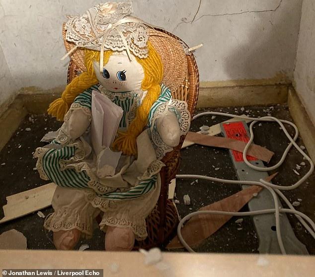 Sửa nhà mới mua, gia chủ phát hiện con búp bê rùng rợn và bức thư đe dọa giấu kín sau bức tường - ảnh 3