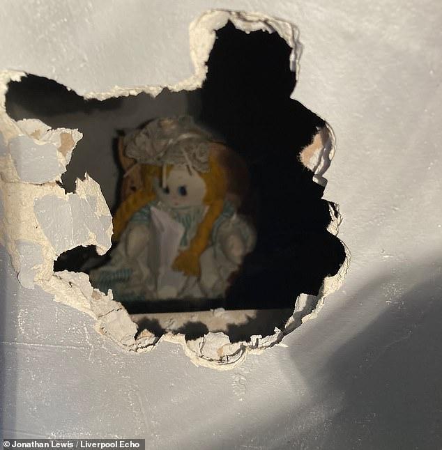 Sửa nhà mới mua, gia chủ phát hiện con búp bê rùng rợn và bức thư đe dọa giấu kín sau bức tường - ảnh 2