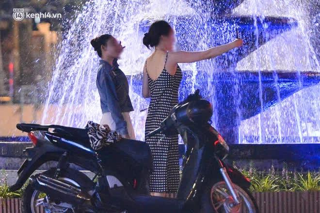 Ảnh: Đêm trước khi chuyển về Chỉ thị 15, người lớn trẻ nhỏ Hà Nội đã đổ lên phố cổ chơi Trung thu sớm - ảnh 17