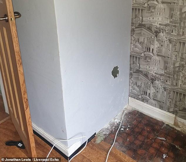 Sửa nhà mới mua, gia chủ phát hiện con búp bê rùng rợn và bức thư đe dọa giấu kín sau bức tường - Ảnh 1.