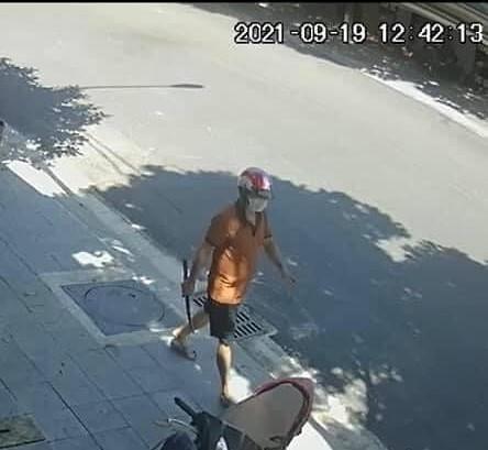 Xuất hiện clip ghi cảnh đối tượng xách dao lững thững rời khỏi hiện trường vụ người phụ nữ bị đâm chết, phản ứng của người đàn ông bên đường gây chú ý - ảnh 1