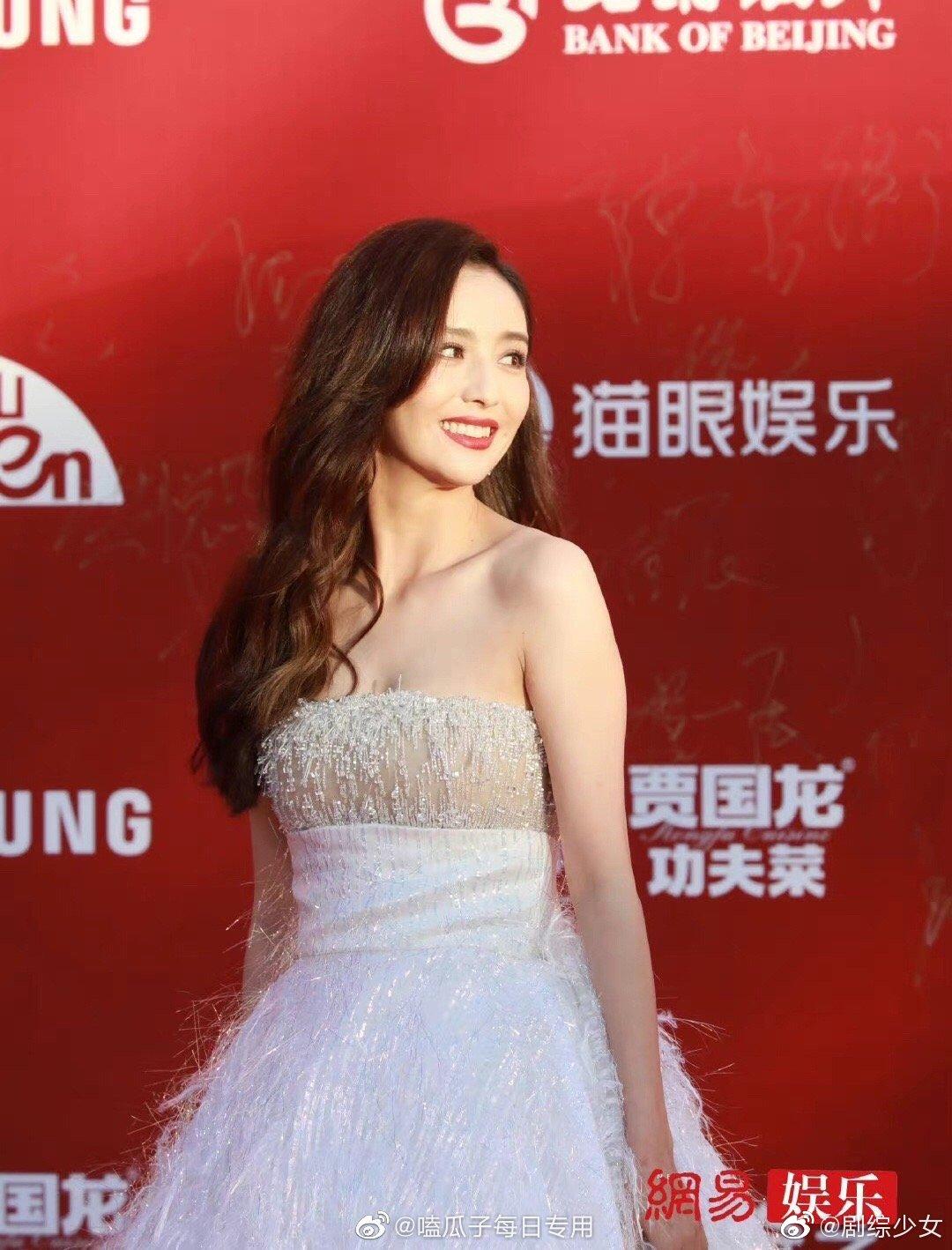 Thảm đỏ LHP Bắc Kinh: Angela Baby và mỹ nhân Tân Cương kinh diễm nhưng lộ tá khuyết điểm, Trần Khôn soái át cả đàn em 9X - Ảnh 6.