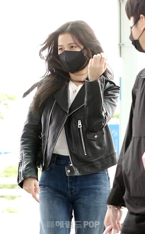 Jisoo (BLACKPINK) xinh ngất ngây tại sân bay sang Pháp dự sự kiện, nhưng sao nhìn bụng lại nặng nề thế này? - ảnh 3